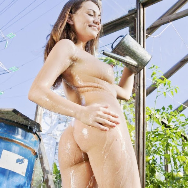 Эротика девушки в деревне: www.EROTICAXXX.ru Фото ню красивая голая девушка в огороде (18+)