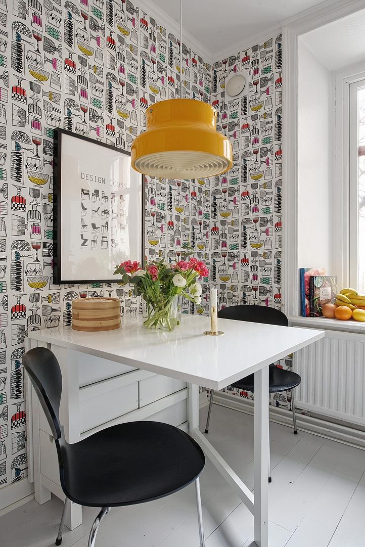 rozkładany stół dla dwóch osób, żółta lampa, tapeta w stylu skandynawskim
