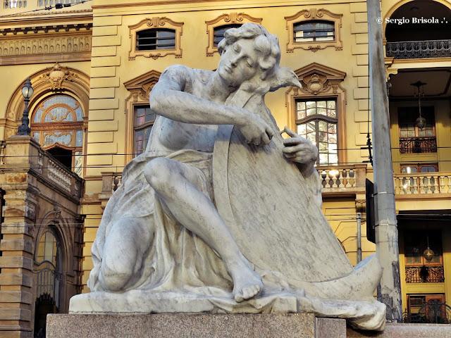 Close-up da Escultura A Musica - Praça Ramos de Azevedo - Centro - São Paulo