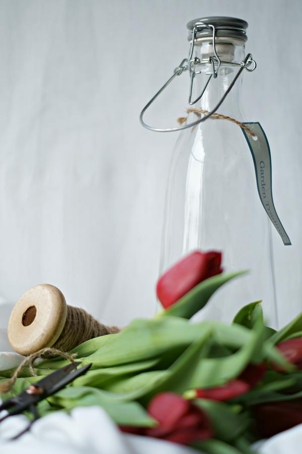 Blog + Fotografie by it's me! - Wohnen - Glasflasche und rote Tulpen