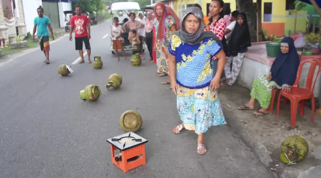 The Power of Emak-emak, Emak-Emak di Gorontalo Mengamuk, Banting Tabung Gas di Jalan