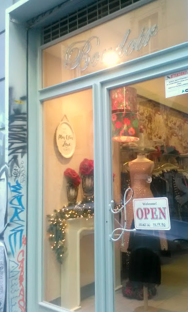 Fashion vintage shop in Naples: Boudoir Boutique, elegant display