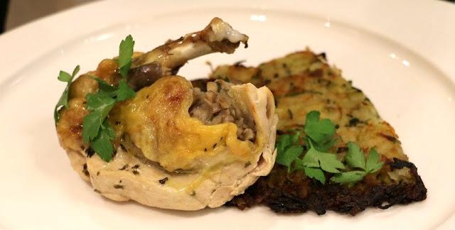 Suprêmes de Pintade farcis entre chair et peau  et Rösti de légumes.
