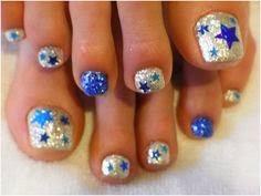 Uñas decoradas con estrellas y color plata brilante