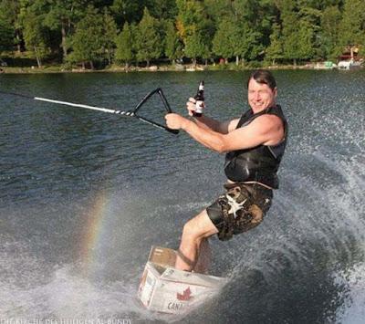 Witzige Bier Bilder - betrunken auf dem Wasser surfen in Kanada