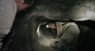 Perdita Weeks vue de derrière dans le film catacombes (as belove so below)