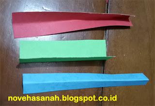 lipat 2 potongan kertas lainnya untuk memudahkan membuat ornamen berbentuk hati dengan beragam warna pada potongan kertas yang lebih kecil