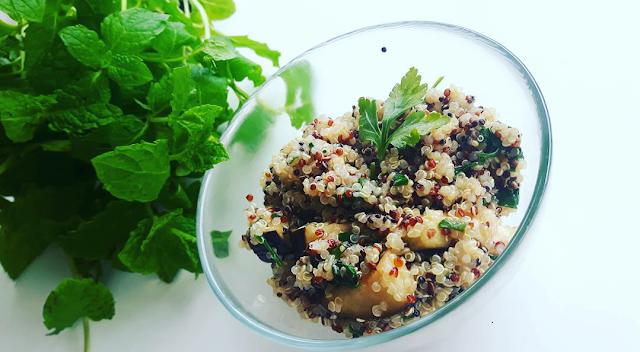 Quinoa z pieczonym bakłażanem i topinamburem