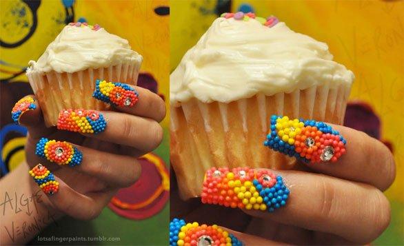 Unhas decoradas com açúcar colorido