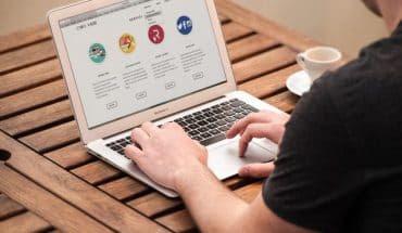 ilustrasi orang lakukan pinjaman online