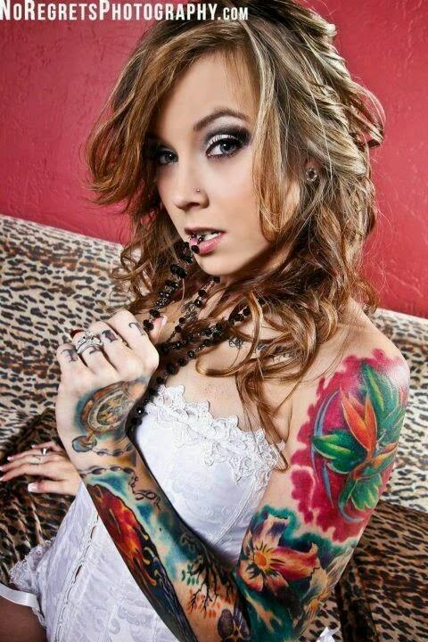 Una mujer rubia muy sexy con tatuaje en el hombro