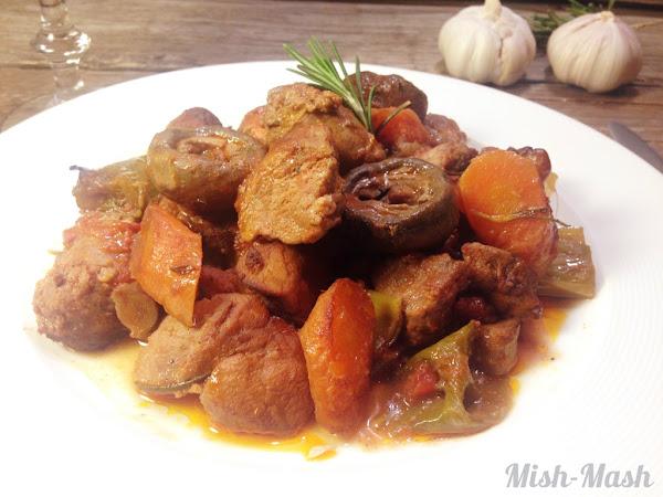 Гювеч със свински бут, наденицa и праз лук