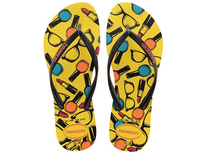 Chinelo Havaianas amarelo com estampa de vidros de esmalte, batons e óculos