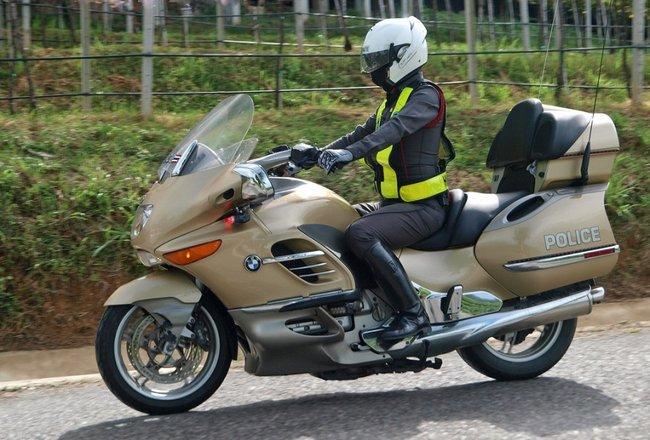 Девушка полицейский на мотоцикле