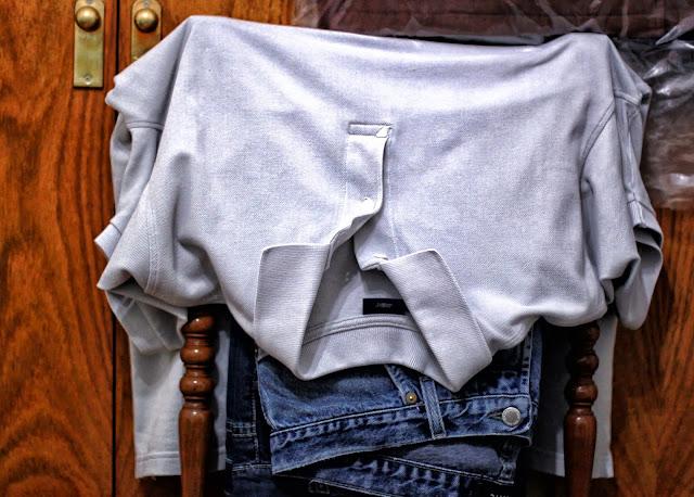 Bodegón con ropa sobre una silla