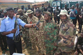6 Fake Soldiers, Kidnappers and Armed Robbers Caught and Paraded by the Police (Photos)
