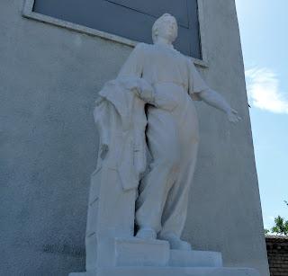 Дружківка. Вул. Соборна. Скульптури працівників машинобудівного заводу