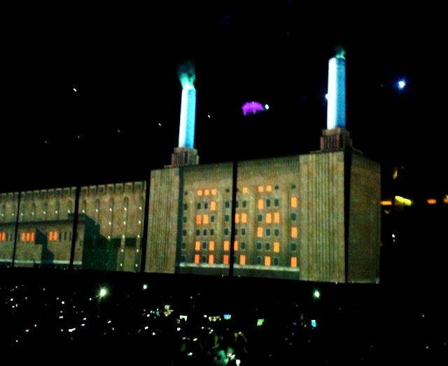 Roger Waters Us+Them turnéjának budapesti állomásán a Pink Floyd Animals albumának borítóját idéző kivetítő elem (2018, Papp László Sportaréna)