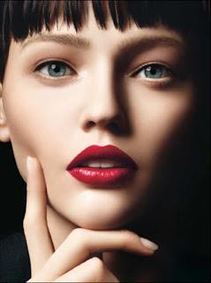 Привлекательной сексуальной женщины выделив общем макияже губы ярким насыщенным оттенком