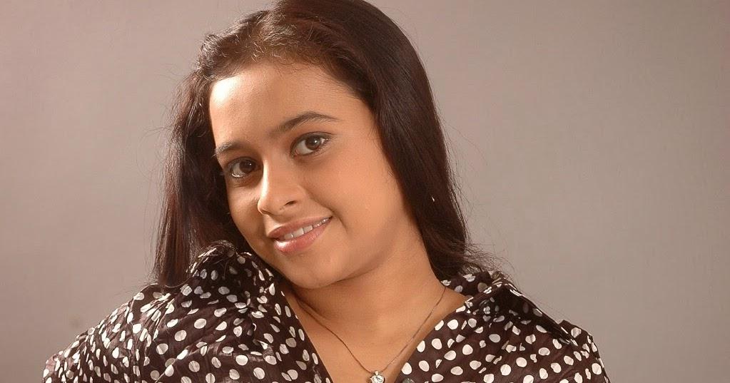 Glam Gallery: Sridivya Showing Her Plumpy Navel