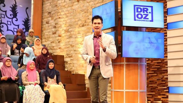 Almarhum Dokter Ryan Thamrin saat in action memandu acara Dr OZ Indonesia di sebuah TV Swasta.  Foto dari Jabar Tribunnews