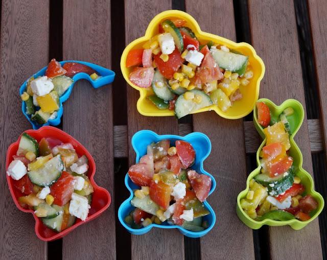 Eine einfache Idee: Essen aus Förmchen! Sogar bunter Sommersalat aus Sandkastenförmchen wird gut gegessen!