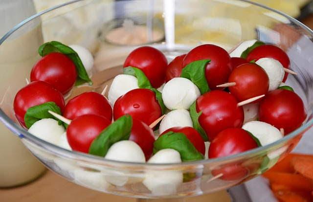 Pinchos morunos vegetales: tomates cherry, albahaca y mozarella -Uso de las especias en cocina: Albahaca, Ocimun basilicum