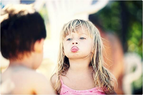 Menina dando língua