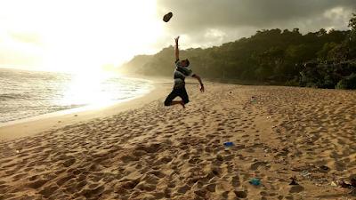 Pantai Pasir Panjang bisa menjadi tempat bermain yang seru bersama teman, keluarga atau pasangan. Foto oleh @sukronenggih