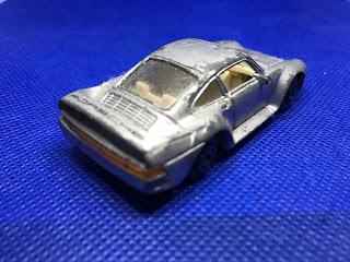 ポルシェ 959 のおんぼろミニカーを斜め後ろから撮影