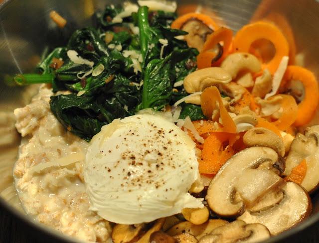 Deftiges Porridge mit Spinat, Ei, Pilzen und Karotte
