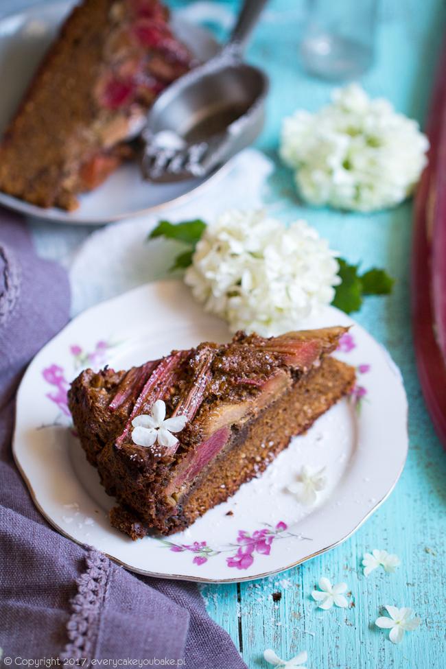 ciasto z rabarbarem i orzechami na melasie