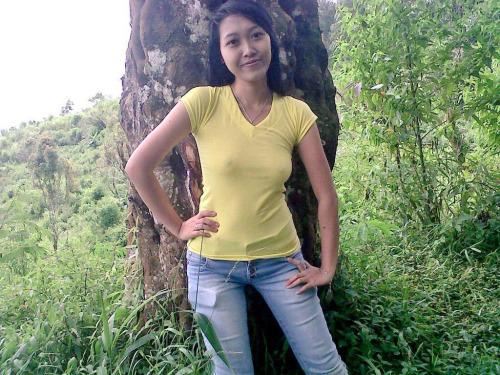 Abg berbaju Kuning Pamer Toge Di Hutan