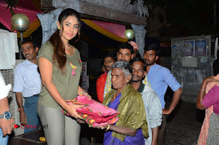 Actress Sri reddy (apthatrust director) Distrubuted Blankets for Orphans at Sai Baba Temple  0035.JPG