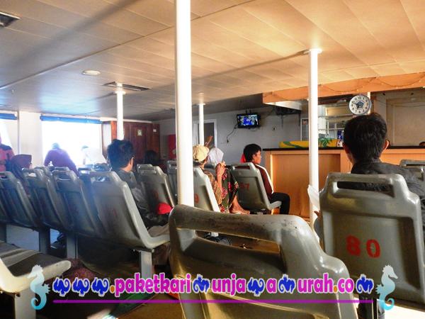 suasana dalam kapal ferry siginjai