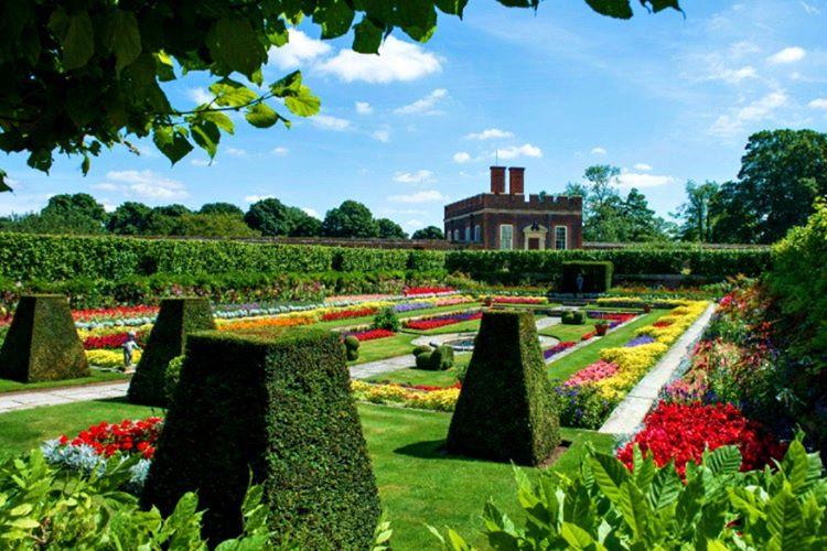Buckingham Sarayı'nın bahçesi 31 futbol sahası genişliğinde, 16 hektara yayılan kocaman bir alandır.