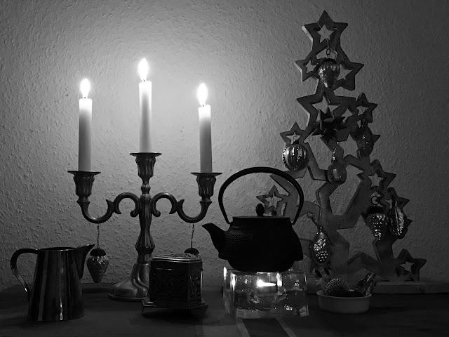 Kerzenleuchter, Holzbaum mit Glaskugeln, Tee, Naschereien etc.