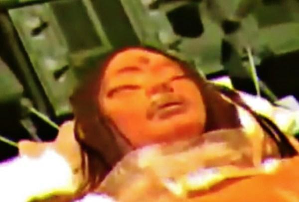 Supuesta extraterrestre hembra encontrada dentro de la nave estrellada en la cara oculta de la Luna.