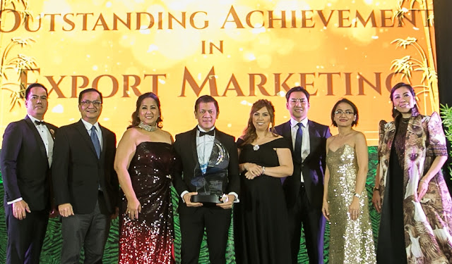 Century Pacific Food, Inc. receives the Outstanding Achievement in Export Marketing from Agora Awards, the highest award-giving body that recognizes companies and individuals that are at the cutting edge of marketing excellence. Receiving the award is CPFI EVP and COO Greg Banzon (4th from left) with (L-R) 39th Agora Awards category head Marco Antonio, independent director Prof. Enrique Soriano, III, PMA president Arlene Padua, CPFI export marketing and sales department manager Sherry Lou Marzo, CPFI global brands group head Randy Cruz, 39th Agora Awards overall chairperson Maeyeth Cayungog and PMA director Mary Faith Abaño.