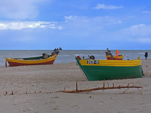 kutry rybackie na plaży w Dębkach, plaża widok