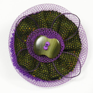 broche redecilla en color uva y verdes
