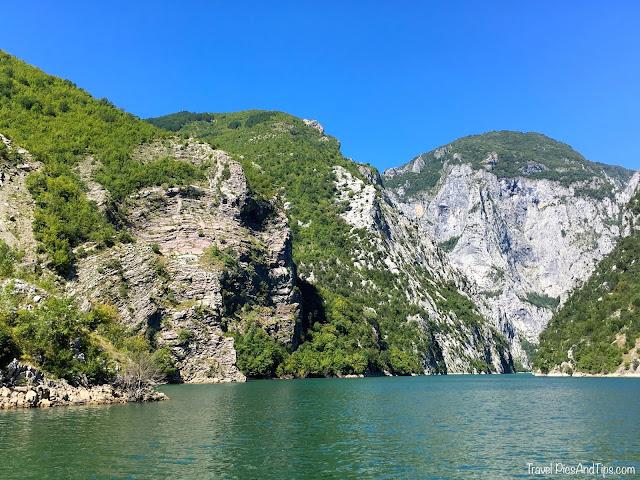 Excursion en bateau sur le lac Komani au nord de l'Albanie