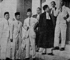 Tokoh-tokoh PNI di depan gedung pengadilan di Bandung tahun 1930. Ir. Soekarno berdiri di tengah.