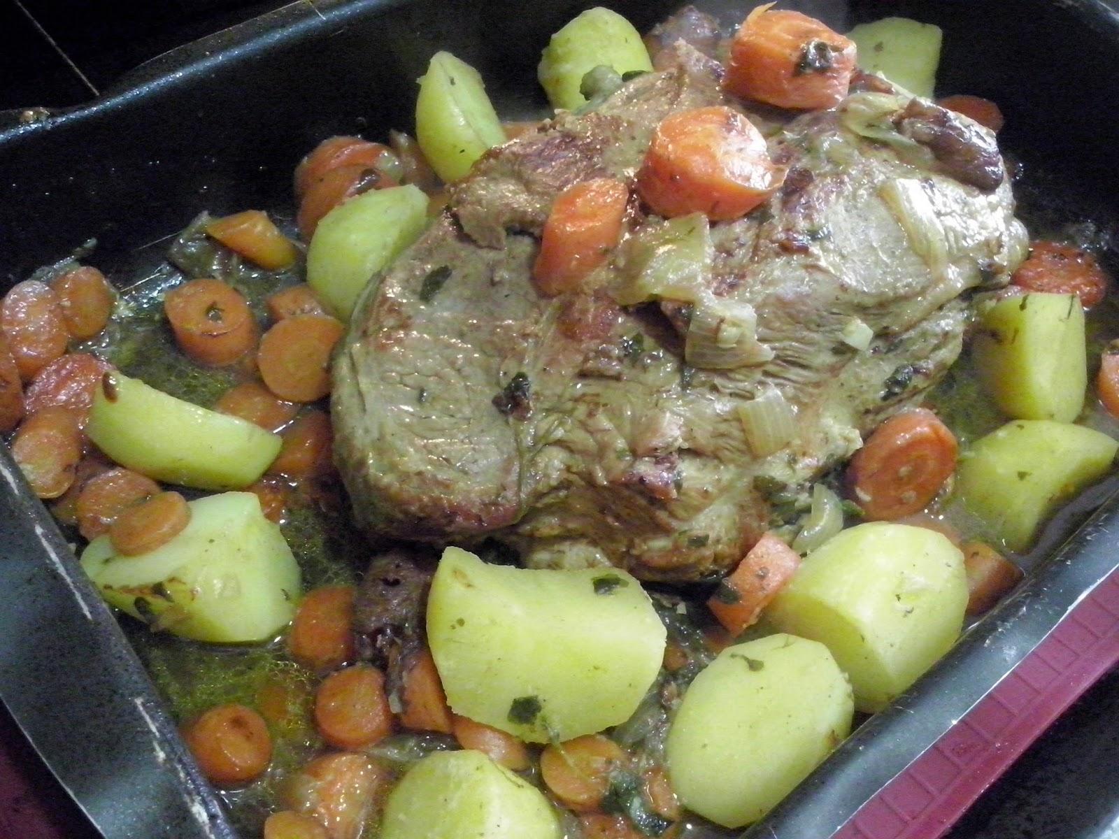 Carne de cerdo asada con verduras.