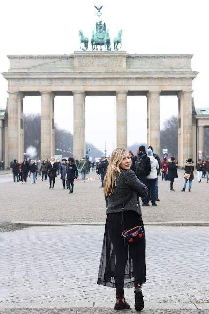 Berlin Fashion Week Outfit Look ootd Mode Blogger Blog Love Moschino Bag Red Cut Out Boots Trend Schwarzes transparentes Kleid