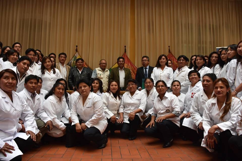 Gobernador junto a los profesionales institucionalizados en salud de La Paz