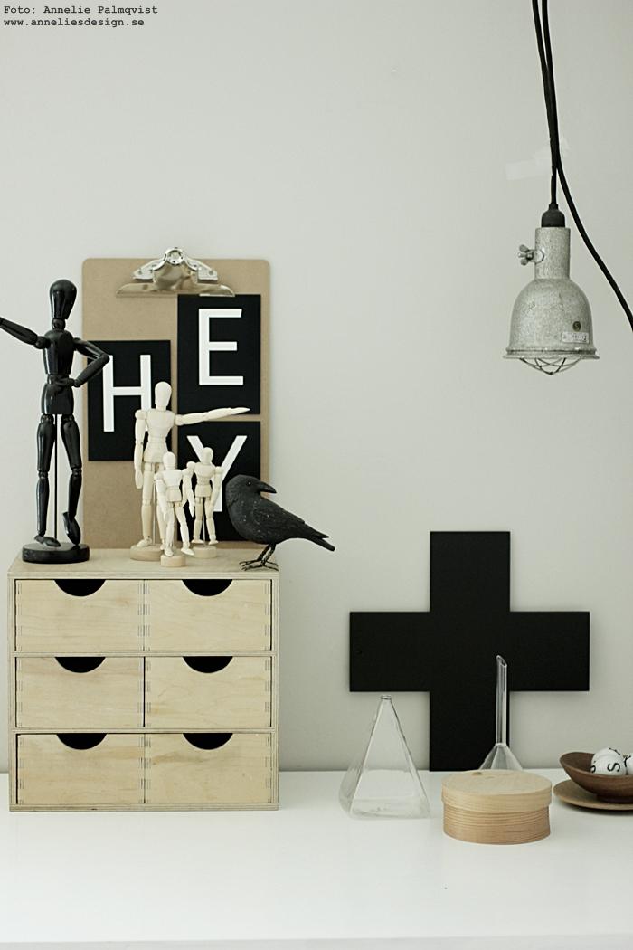 annelies design, vykort med bokstäver, clipboard, clipboards, bokstav, svartvit, svartvita, svart och vitt, mannequin, trärena, kors, svart, svarta, korp, fågel, fåglar, dekoration, inredning, inredningsdetaljer,