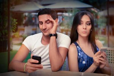 Whatsapp se ha convertido en una de nuestras principales herramientas para comunicarnos con amigos y familiares, para saludar a viejos amigos o mantenerse al tanto de uno que otro chisme. Con tanta información comprometida que manejamos en nuestro smartphone, es normal que no deseemos que cualquiera pueda acceder fácilmente a ciertas conversaciones, por lo que para evitar problemas muchas veces solemos eliminar el susodicho chat y olvidarnos del asunto. Peor ¿Sabías que Whatsapp cuenta con una opción para archivar conversaciones? Para muchos esta funcionalidad es desconocida, sin embargo es la alternativa perfecta para ocultar conversaciones de ojos indiscretos. En este