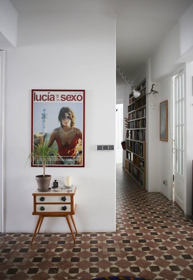 pasillo con mesita restaurada y póster