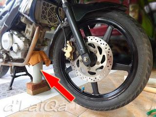 ganjal sepeda motor agar tidak jatuh setelah roda depan dilepas